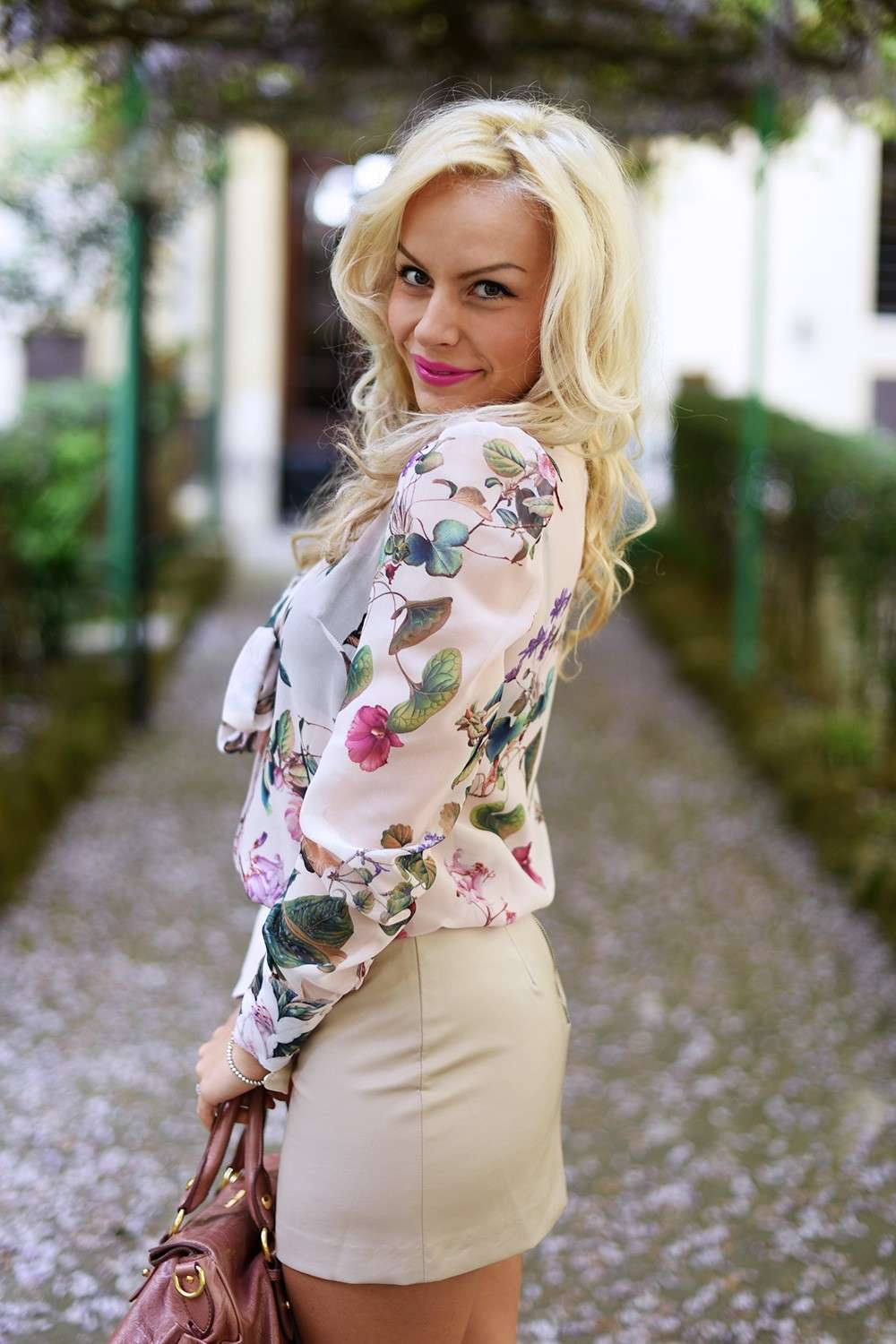 Camicia a fiori e gonna beige