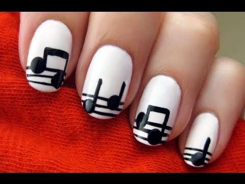 Nail art bianca con note musicali