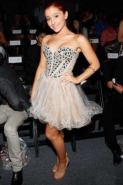 Ariana Grande con mini dress in tulle
