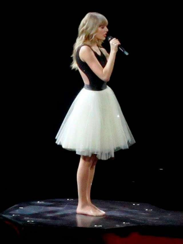 Taylor Swift sul palco con la gonna in tulle