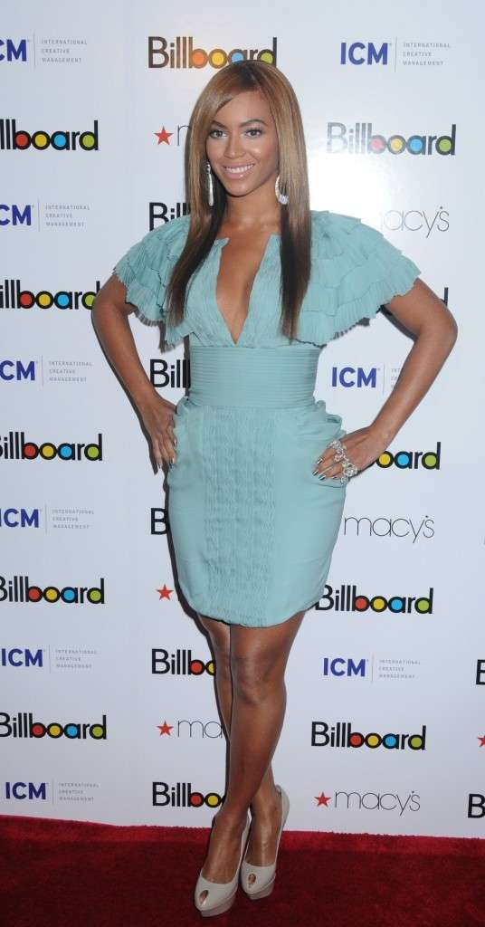 Beyonce con un mini dress azzurro