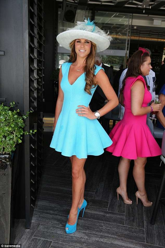 Danielle Lloyd con mini dress azzurro