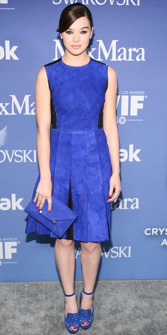 Hailee Steinfeld con mini dress blu cobalto