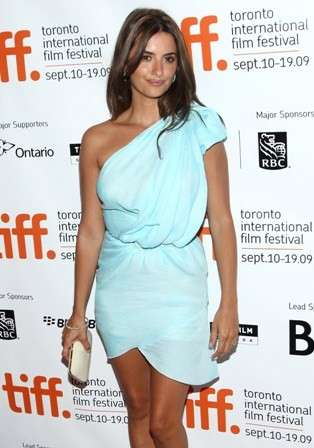 Penelope Cruz con un mini dress azzurro
