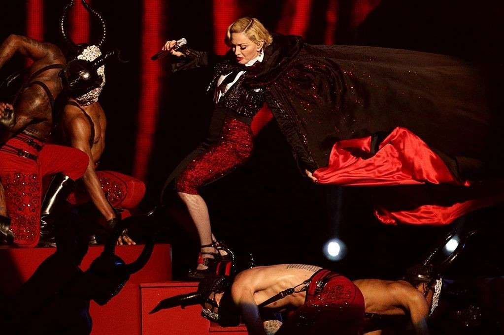 Madonna cade ai 2015 Brit Awards