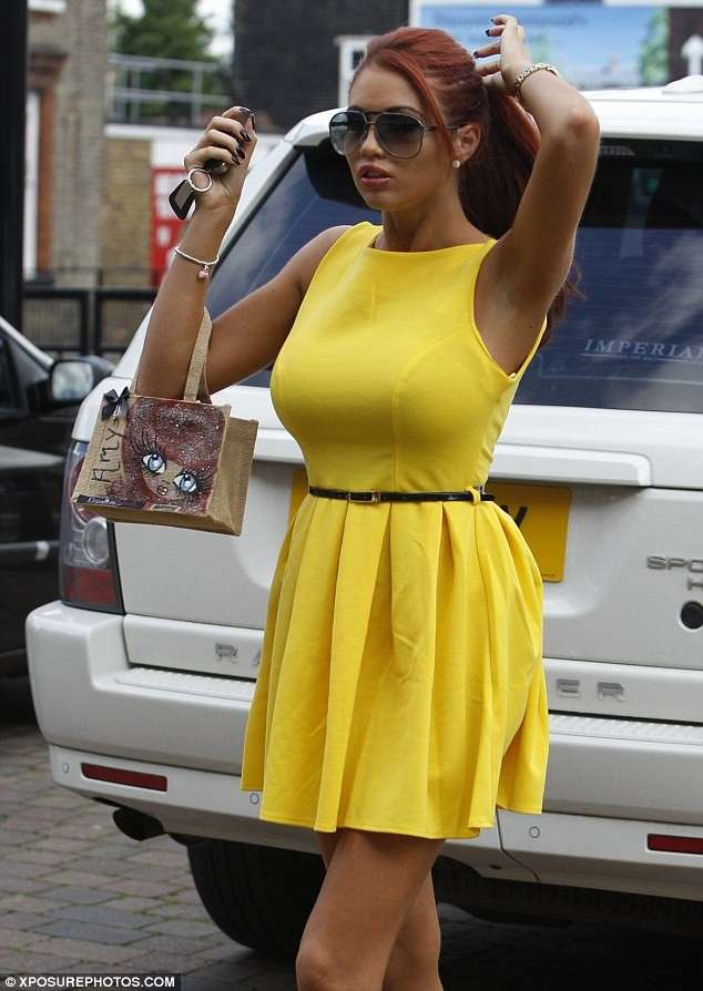 Amy Childs con un mini dress giallo
