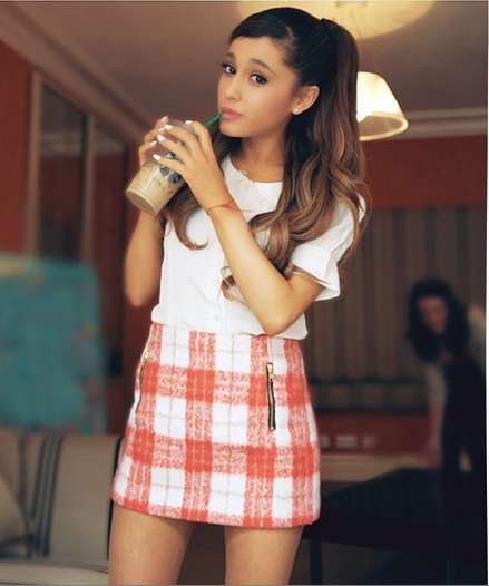 Ariana Grande con t-shirt bianca e gonna a quadri