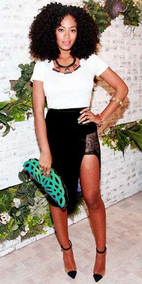 Solange con t-shirt bianca e gonna in pizzo