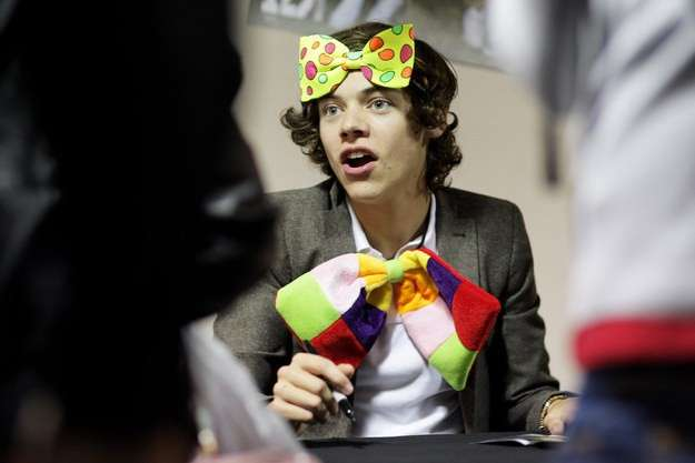 Harry Styles con fiocco da clown