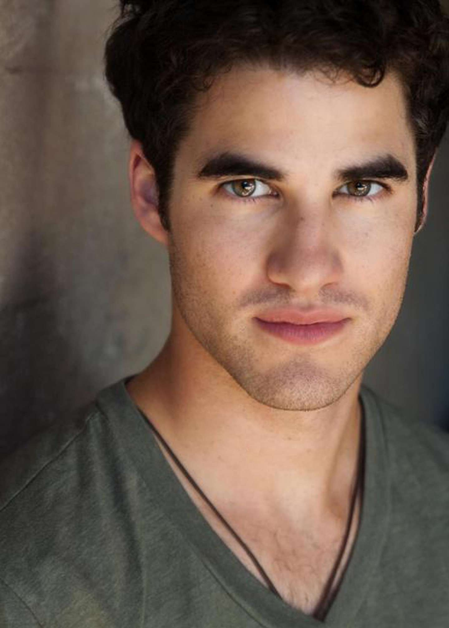 Darren Criss e la t-shirt con collo a V