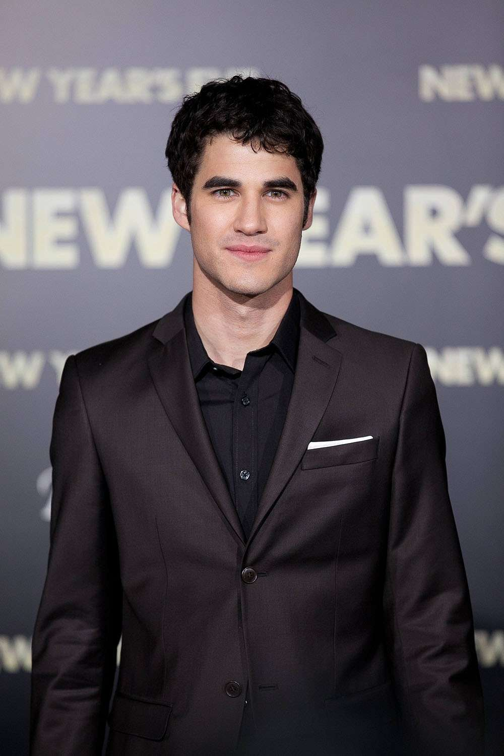 Darren Criss ed il look total black