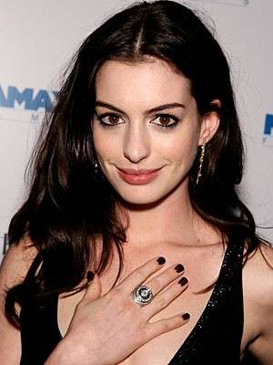 Lo smalto bordeaux di Anne Hathaway
