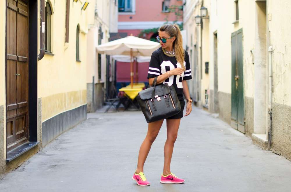 Look con sneakers colorate