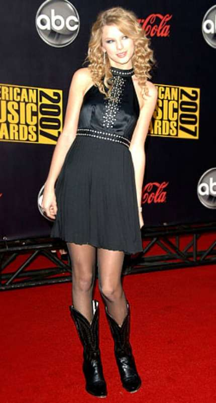 Taylor Swift in mini dress nero