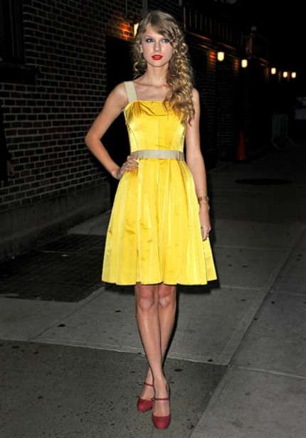 Taylor Swift in mini dress giallo