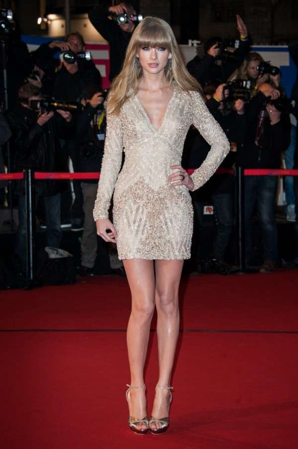 Taylor Swift con mini dress silver
