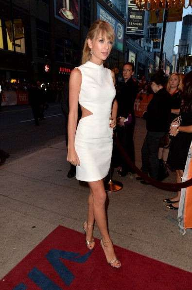 Taylor Swift in mini dress bianco