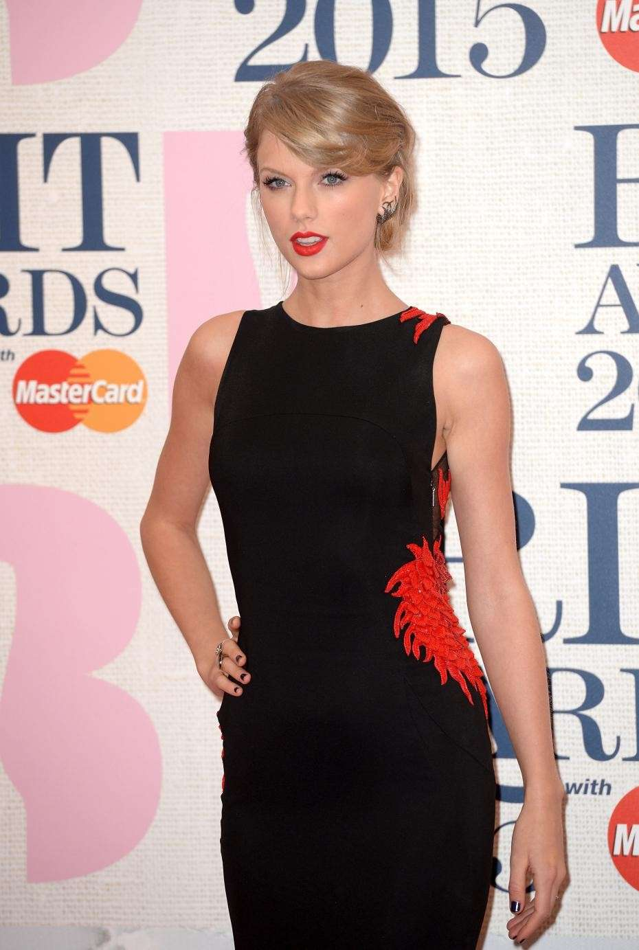Taylor Swift sul red carpet dei Brit