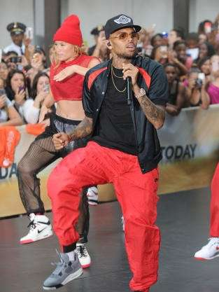Chris Brown con i pantaloni rossi
