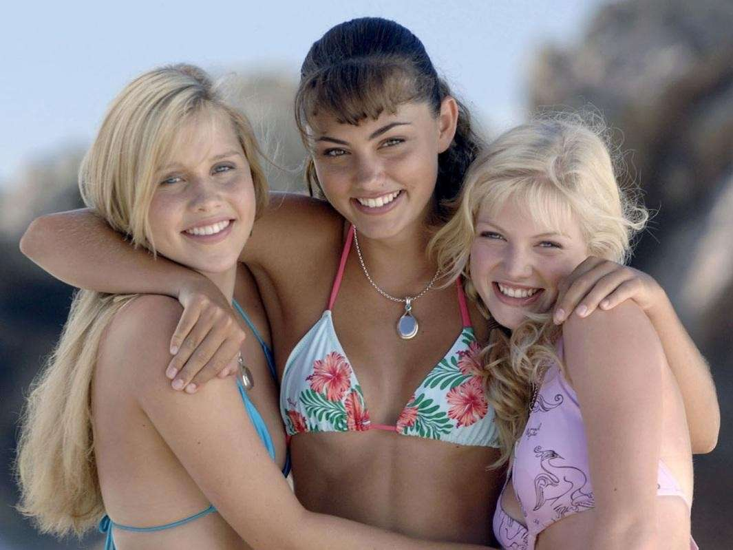 Claire Holt e Phoebe Tonkin in H2o