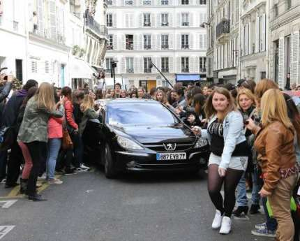 Harry Styles assalito dalle fan a Parigi!