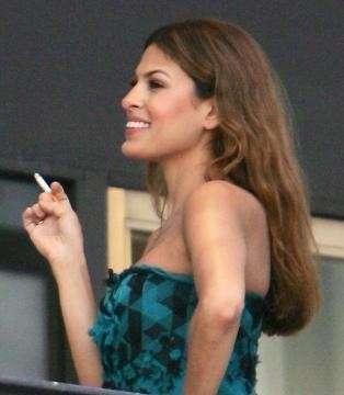 Eva Mendes fuma