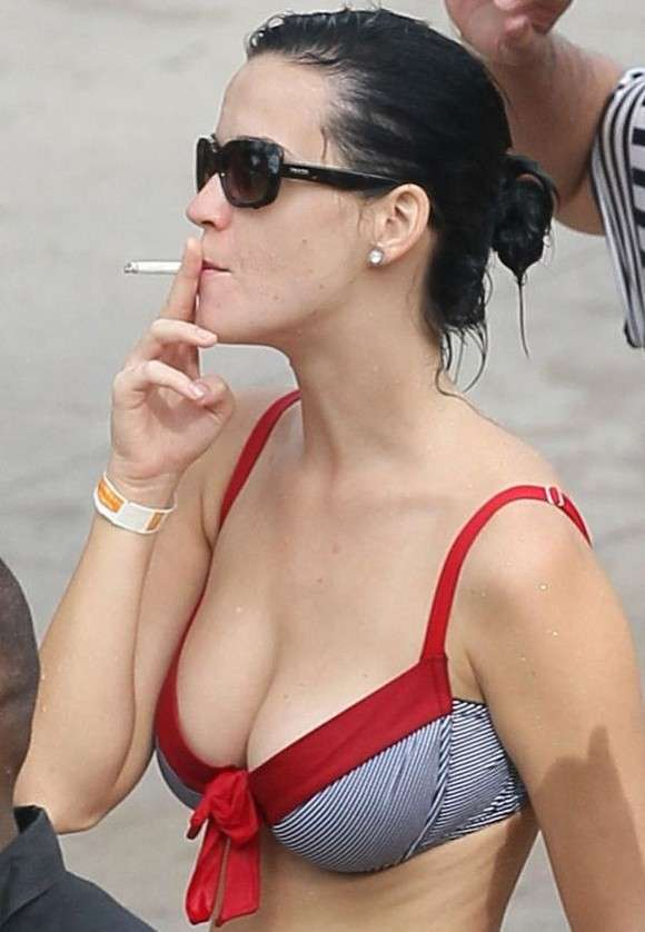 Katy Perry fuma in spiaggia