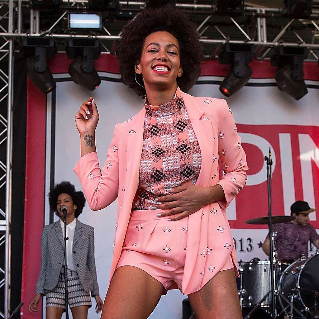 Solange Knowles in look rosa cipria