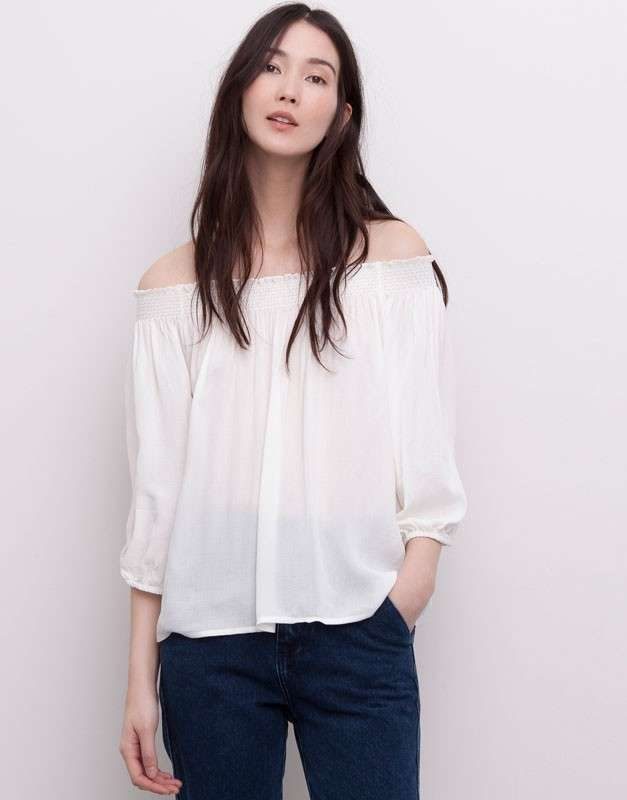 Blusa bianca con i jeans