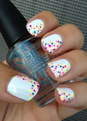 Nail art multicolor con base bianca