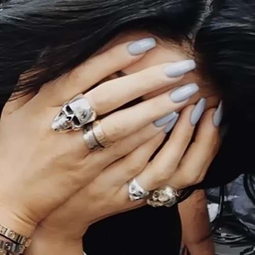 Nail art grigia di Kylie Jenner