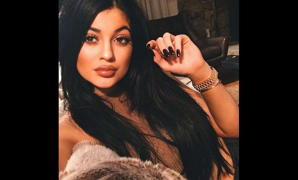 Unghie nere laccate per Kylie Jenner