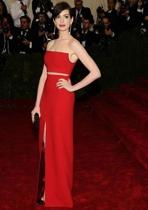 Anne Hathaway in abito rosso