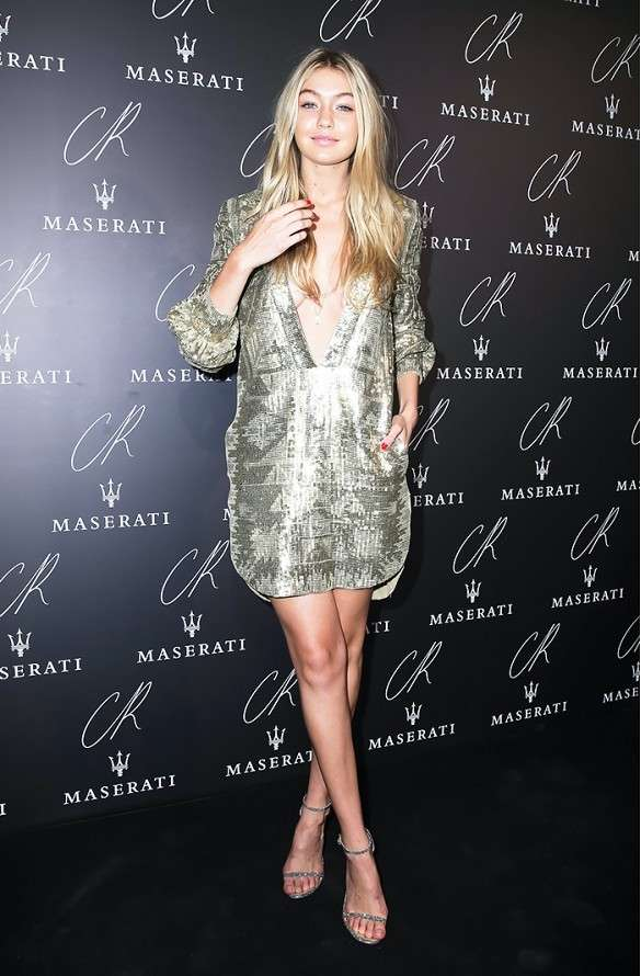 Gigi Hadid con un mini dress argento
