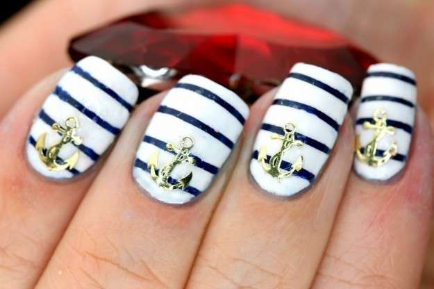 Navy nails con ancore argento
