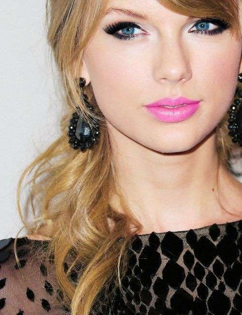 Taylor Swift con rossetto rosa