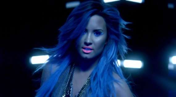 Demi Lovato look fluo in Neon lights