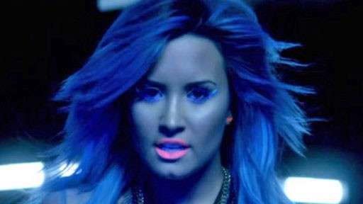 Demi Lovato look Neon lights