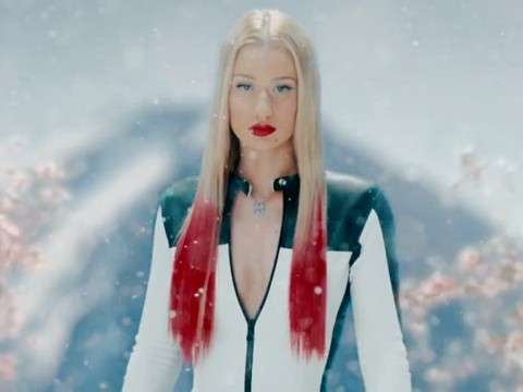Capelli rossi di Iggy Azalea in Black Widow
