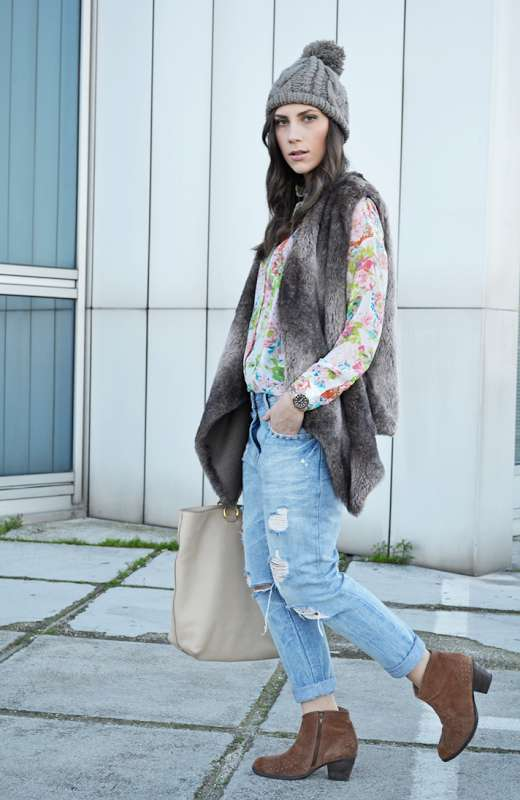 Jeans strappati con ankle boots