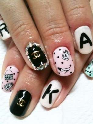 Chic nail art di Chanel