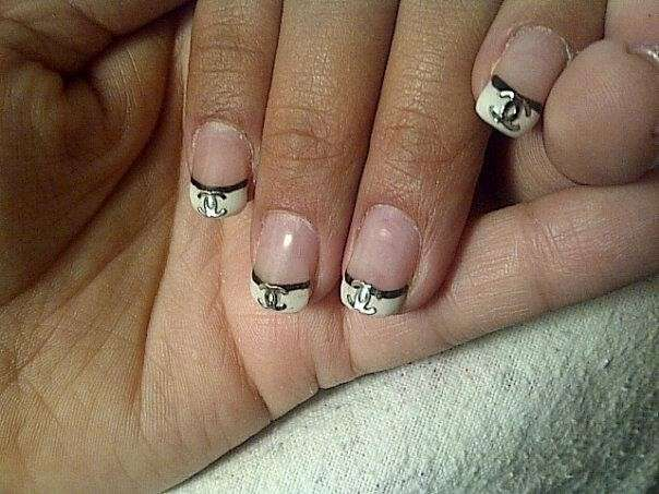 French manicure bianco con logo Chanel