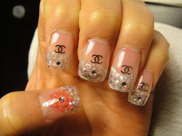 French manicure con logo Chanel