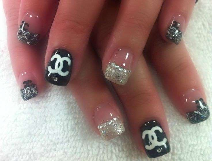French manicure glitterata di Chanel