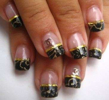 French manicure nera di Chanel