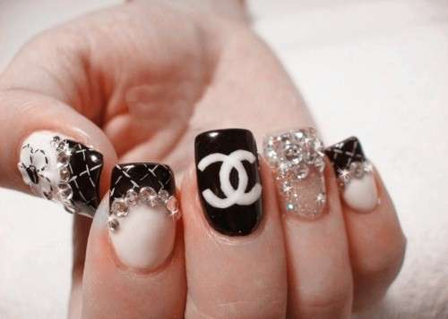 Nail art con strass di Chanel