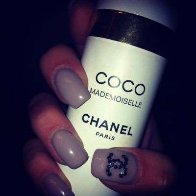 Nail art grigia di Chanel