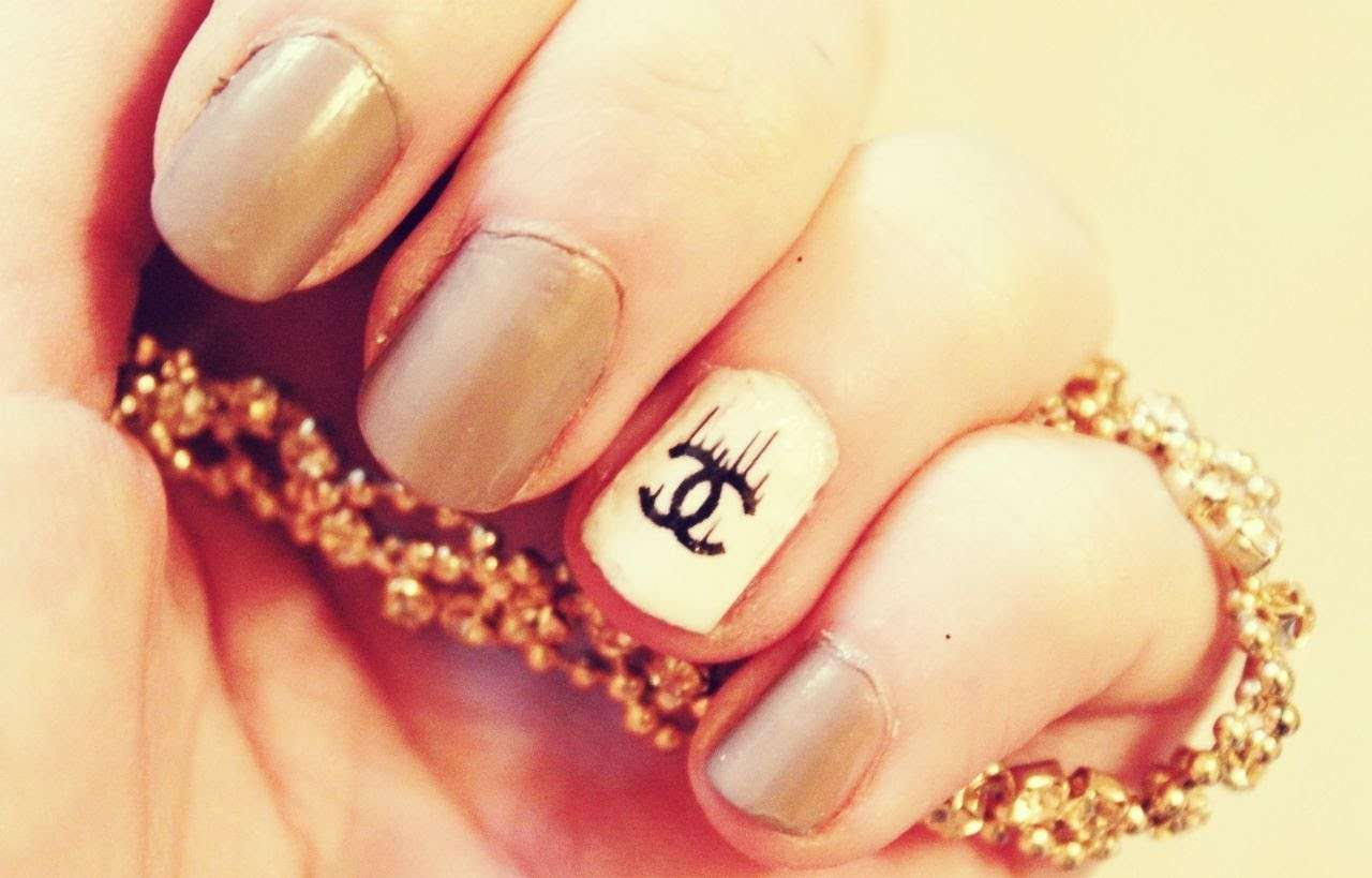 Nail art nude di Chanel