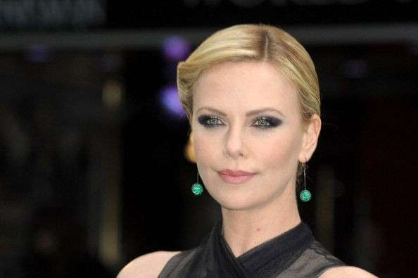 Charlize Theron pelle bianca