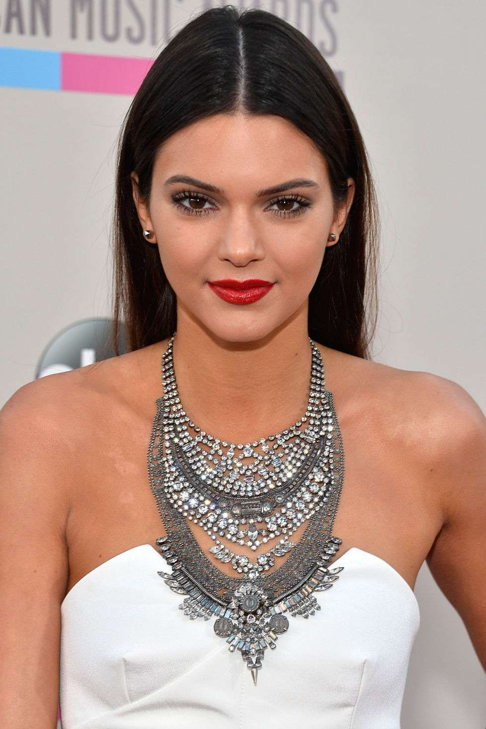 Kendall Jenner make up bocca rossa